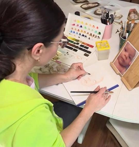 V době lockdownu se herečka věnuje malování.