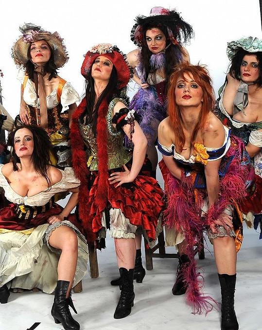 Charlotta Doubravová (dole vpravo) hraje v muzikálu Bídníci.