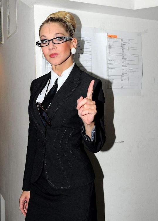 Sabina hraje nepříjemnou ředitelku školy.