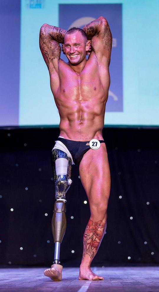 Mark Smith pracuje na své muskulatuře.