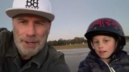 Herec poděkoval fanouškům prostřednictvím videa se synem Benem.