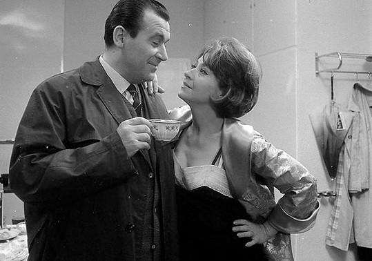 Zdeněk Dítě a Karolina Slunéčková ve filmu Ženu ani květinou neuhodíš (1966)