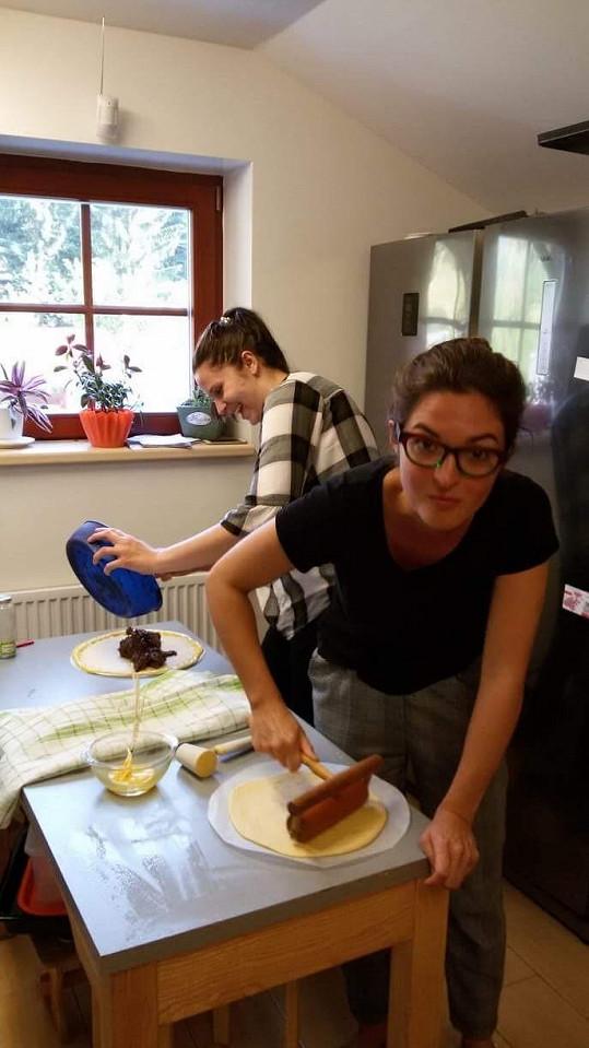 Pochází z Valašska, takhle se sestrou připravují frgály.