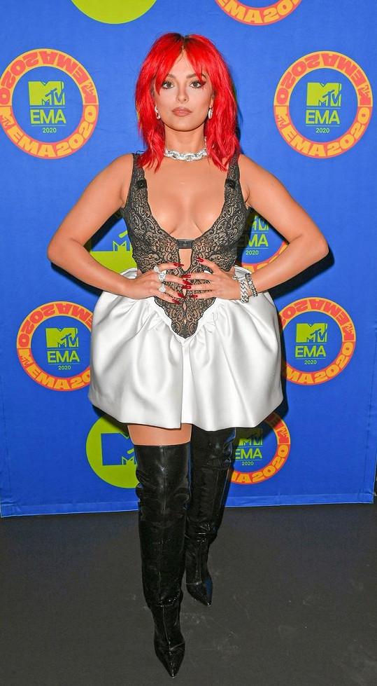Zpěvačka Bebe Rexha to s outfitem trochu přehnala, výstřih měla ale slušný.