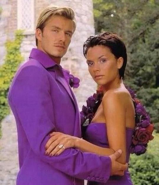 Na svatební den oblékly manželé ladící fialové modely.