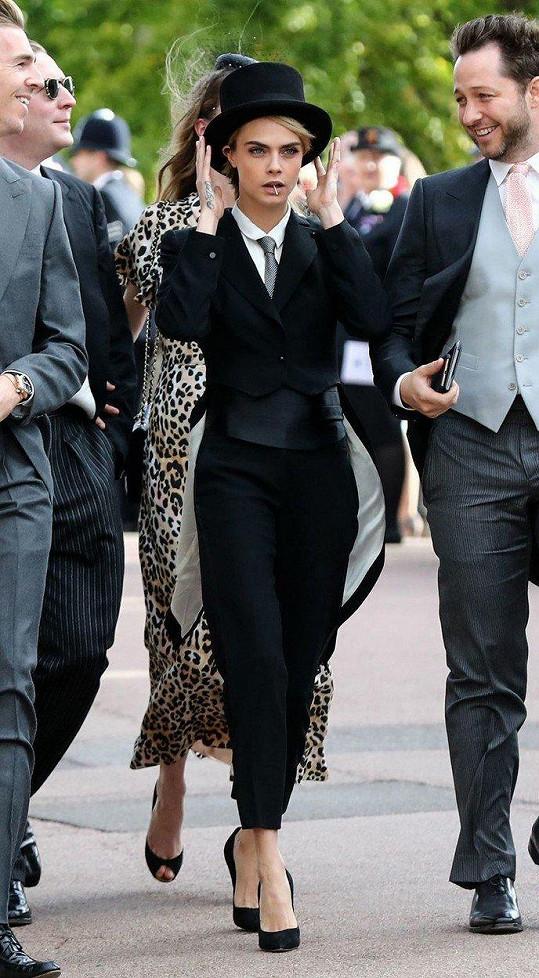 Cara Delevingne zvolila pásnký styl.