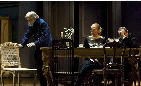 Ilja Racek, Dagmar Havlová a Viktor Preiss (zleva) v divadelní hře Višňový sad (2010)