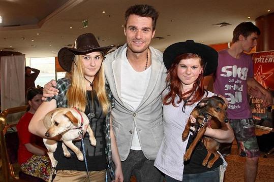 Leoš uhranul i tyto roztomilé cvičitelky psů.