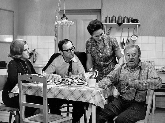 Slávka Budínová, Stanislav Remunda, Marcela Martínková a Bohuš Záhorský ve filmu Zlatá svatba (1972)