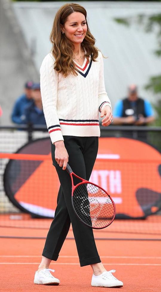 Vévodkyně Kate vyrazila na kurt v krásném svetříku.