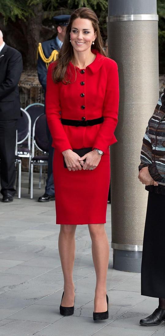 Červený kostýmek Kate sluší.