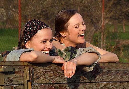 Zuzana Vejvodová a Andrea Elsnerová v seriálu Hraběnky (2007)