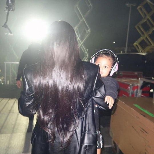 Kylie i s dcerou Stormi ho ale podpořila na hudebním festivalu.