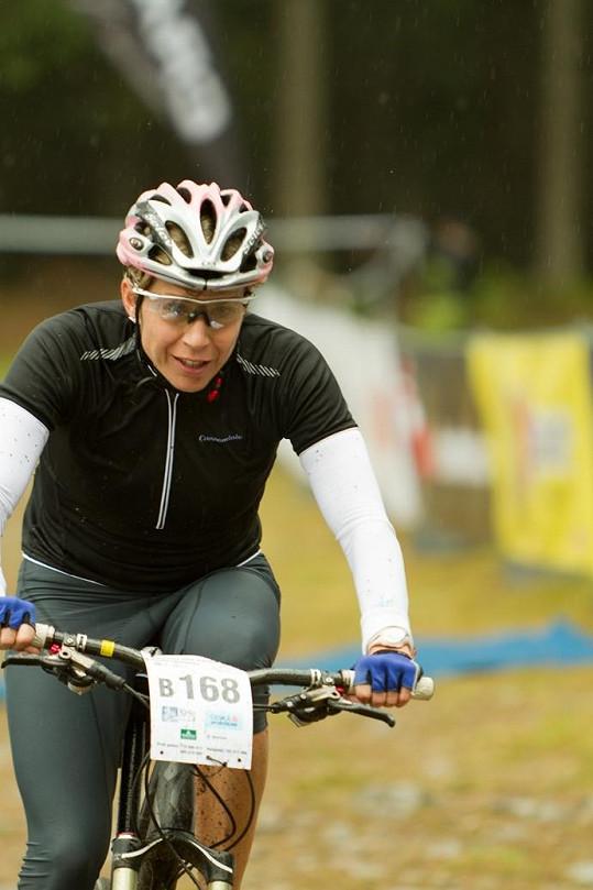 Kateřina Neumannová v akci. Tentokráte na kole.