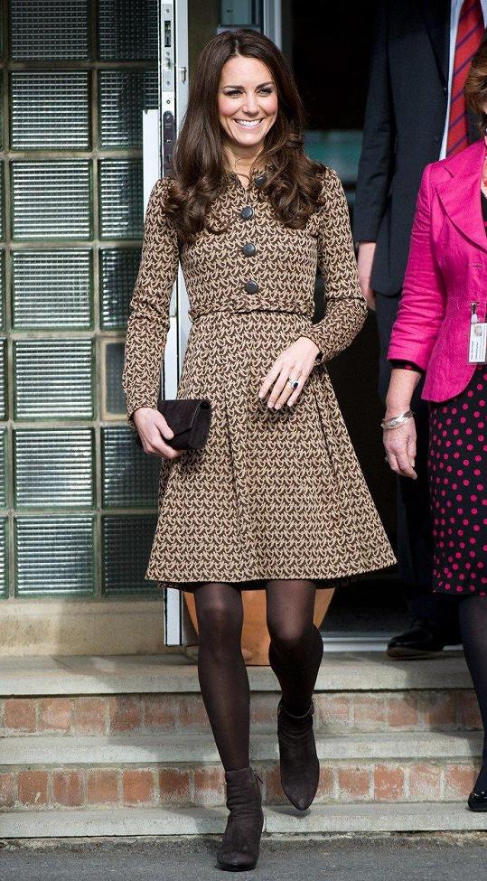 Na návštěvě školy Rose Hill v Oxfordu pro sociálně znevýhodněné děti neoblékla parádu za desetitisíce, ale pokorně zvolila šaty, které pořídila v butiku návrhářky Orly Kiely ve slevě.