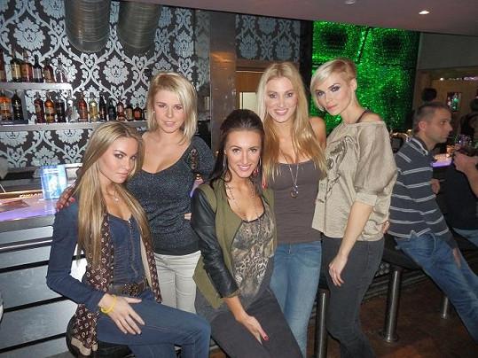 Modelky na baru.