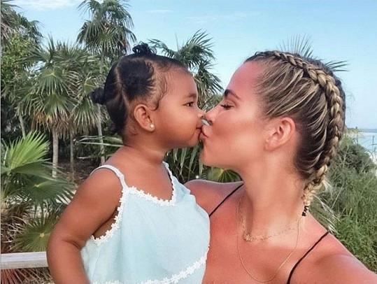 Khloé Kardashian s roční dcerkou True.