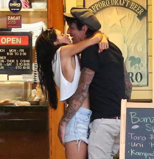 Tommy Lee (54) na rande s další sexy brunetkou, která se od něj od první chvíle nemohla odtrhnout.