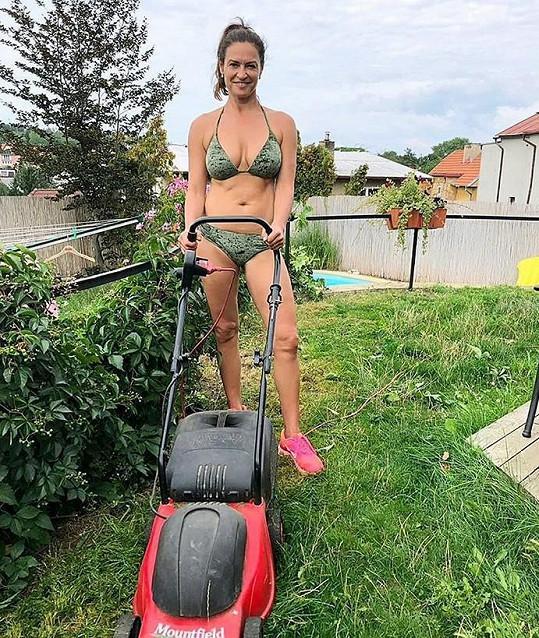 Známá cvičitelka zvelebuje zahradu jen v bikinách.