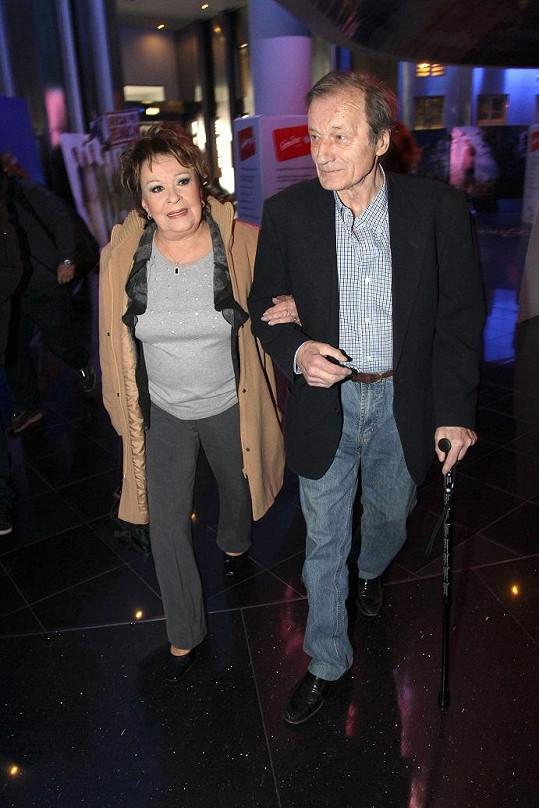 Jiřina Bohdalová a Radek Brzobohatý nakráčeli na tiskovku ruku v ruce.
