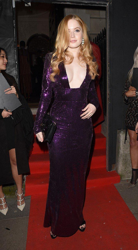 Sexy kousek zvolila i herečka Ellie Bamber.