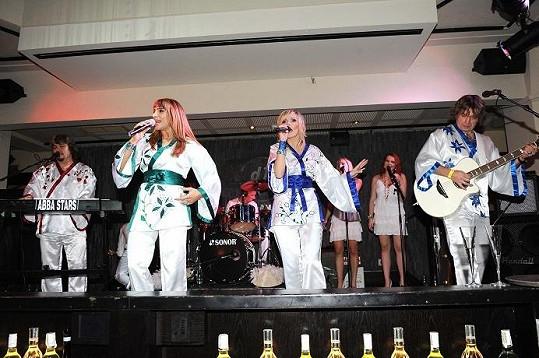 Skupina Abba Stars při vystoupení.