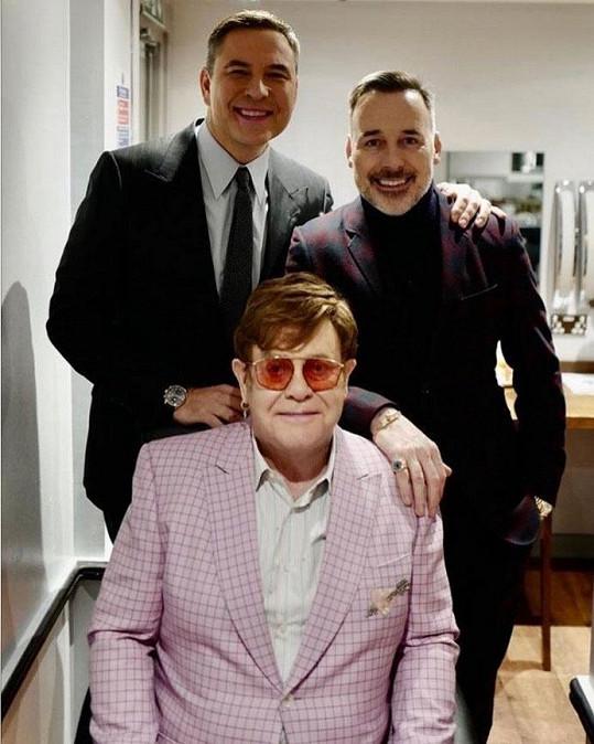 Elton John s partnerem Davidem Furnishem (vpravo) a hercem Davidem Walliamsem.