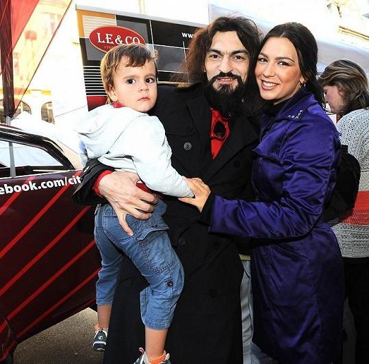 Varhan se synem Davidem Lvem a partnerkou.