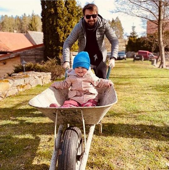 S rodinou tráví karanténu na chalupě.