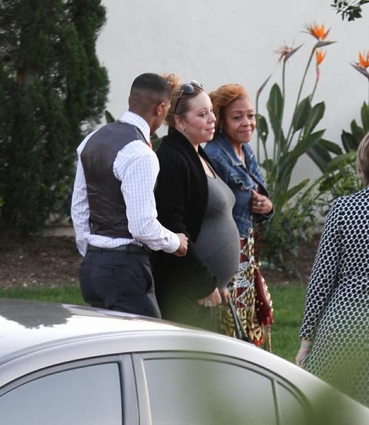 Nick veze zpěvačku do porodnice.