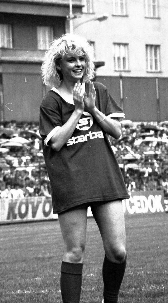 Iveta Bartošová ve druhé půlce osmdesátých let. To již patřila k nejpopulárnějším zpěvačkám.