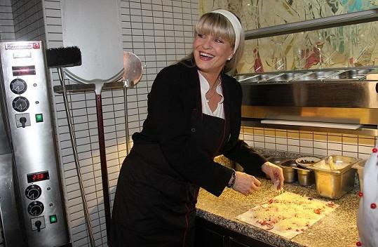 Chantal si vyzkoušela, jak se peče francouzský koláč.