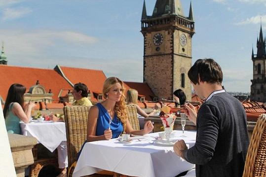 Snídaně na terase hotelu s výhledem na Staré Město.