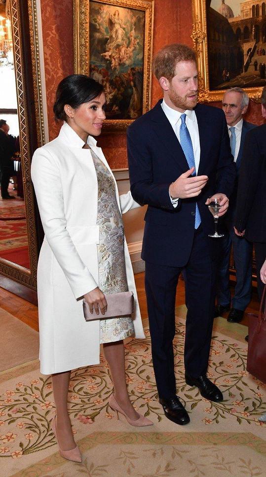 ...Meghan se držela u manžela Harryho.