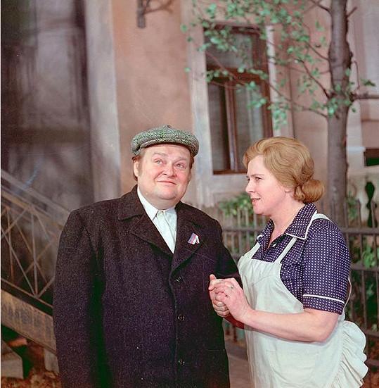 Jan Libíček a Blažena Holišová v seriálu Byl jednou jeden dům, který reprízuje Česká televize.