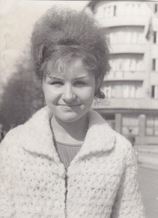Na gymplu Jitka své neposlušné vlasy nosila vyčesané.