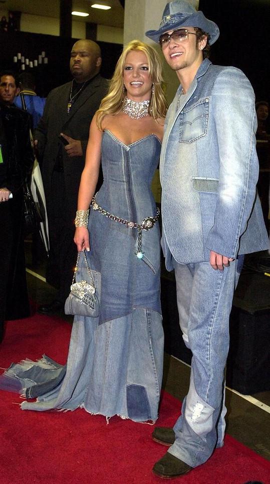 Britney Spears a Justin Timberlake byli svého času nejslavnějším hudebním párem. Fotka v ikonických outfitech je z roku 2001.