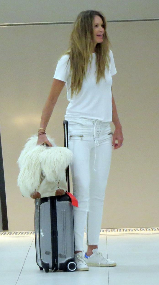Elle Macpherson na letišti v Melbourne