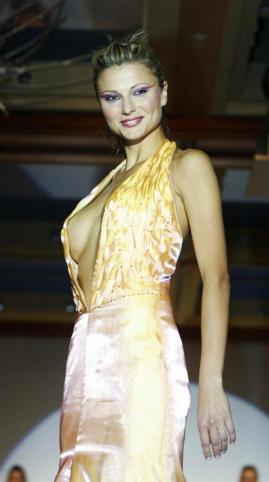 Pod tyhle šaty si nevzala podprsenku.