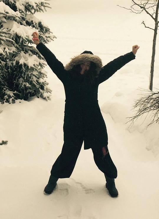 Lucie Vondráčková si užívá první sněhové vločky.