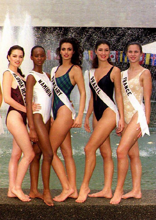 Silvia Lakatošová (vlevo) na finále Miss Universe v roce 1994