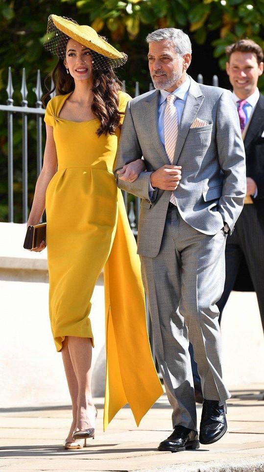 Módní ikona Amal Clooney si zajistila pozornost díky svým sytě žlutým šatům. Manželka amerického herce George Clooneyho byla v modelu od Stelly McCartney opravdu vidět.