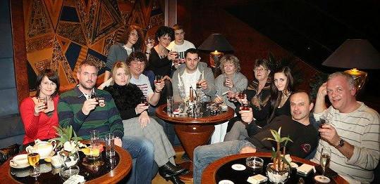 Lucie Bílá a její přátelé si připili na Jiřinu Jiráskovou jejím oblíbeným koňakem.