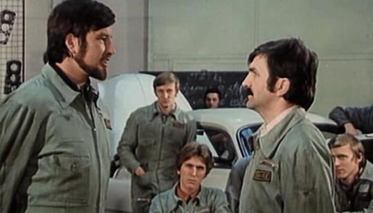 S kamarádem Jiřím Valou ve filmu Jáchyme, hoď ho do stroje (1974).