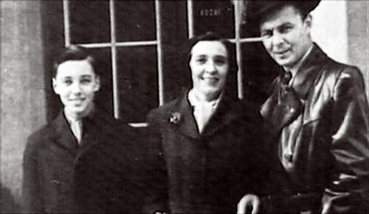 Karel Gott s rodiči v polovině 50. let.
