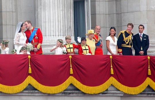 Harry (druhý zprava)jako svědek na svatbě Kate a Williama