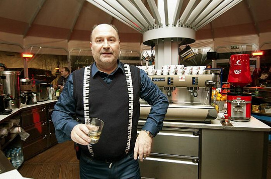 Michal David si vyzkoušel roli barmana.
