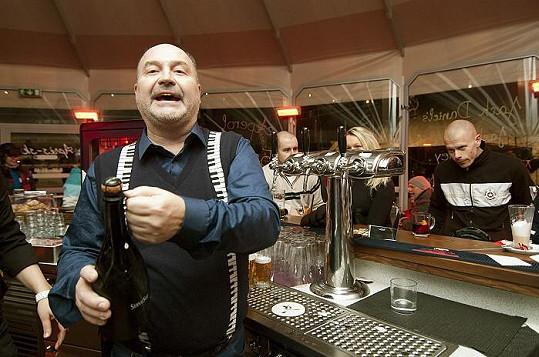 Známý hitmaker miluje dobré jídlo a pití. Kdyby nebyl zpěvákem, pracoval by klidně jako barman.