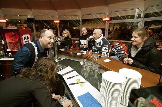 Zpěvák ve Špindlerově Mlýně obsluhoval fanynky, které jen zíraly na to, jak mu jde míchání nápojů.