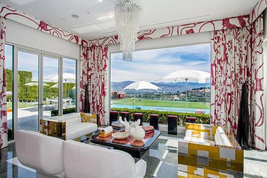 Interiéry jsou barevné, vzdušné a velmi moderní.